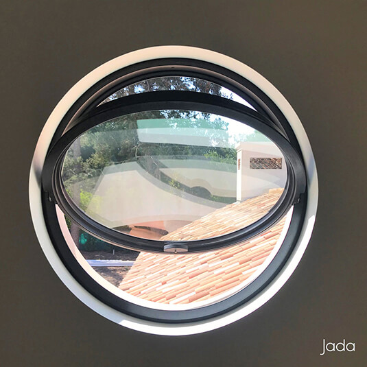 Jada Pivot Window